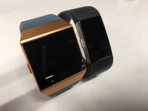 Fitbit Ionic vs Charge 2 上面